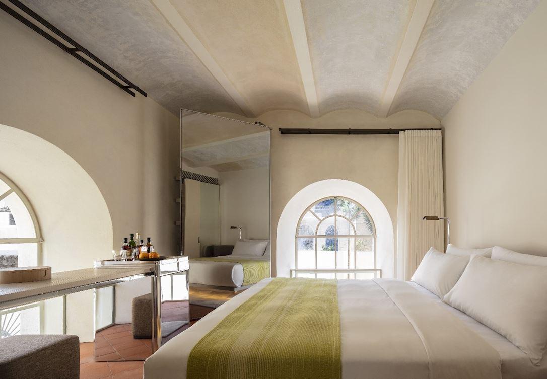פתחו את דלת חדרכם לחצר המלון הקסומה